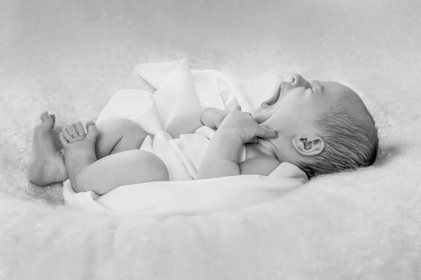 monohromatska slika bebe kako zeva