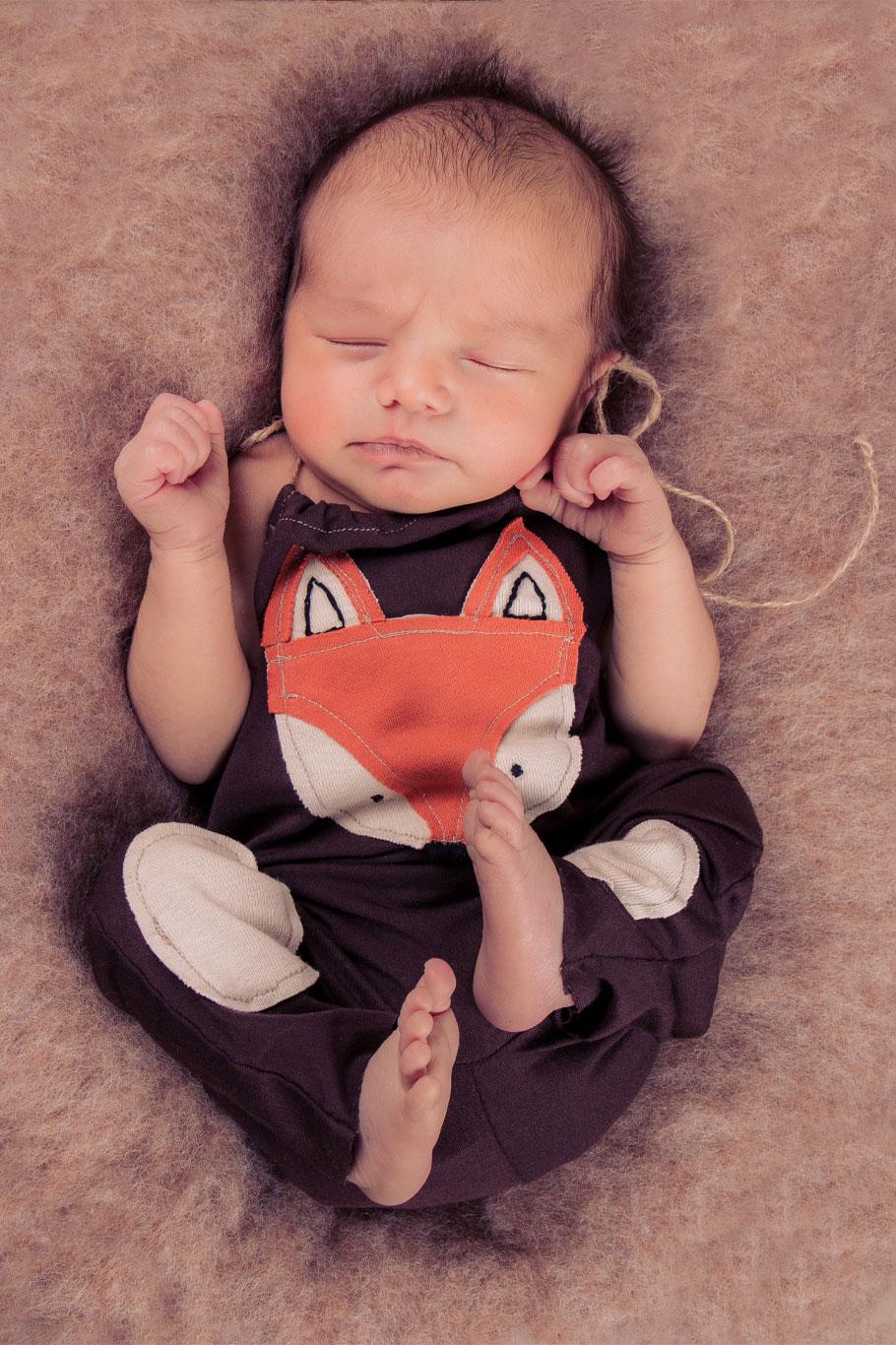 novorođena beba dečak sa lisicom na kombinezonu