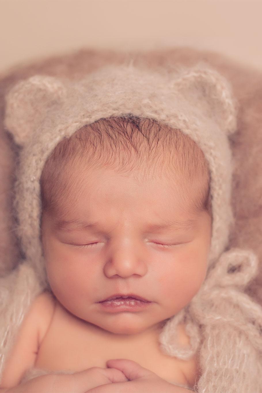 prelepa nežna slika novorođene bebe sa kapicom